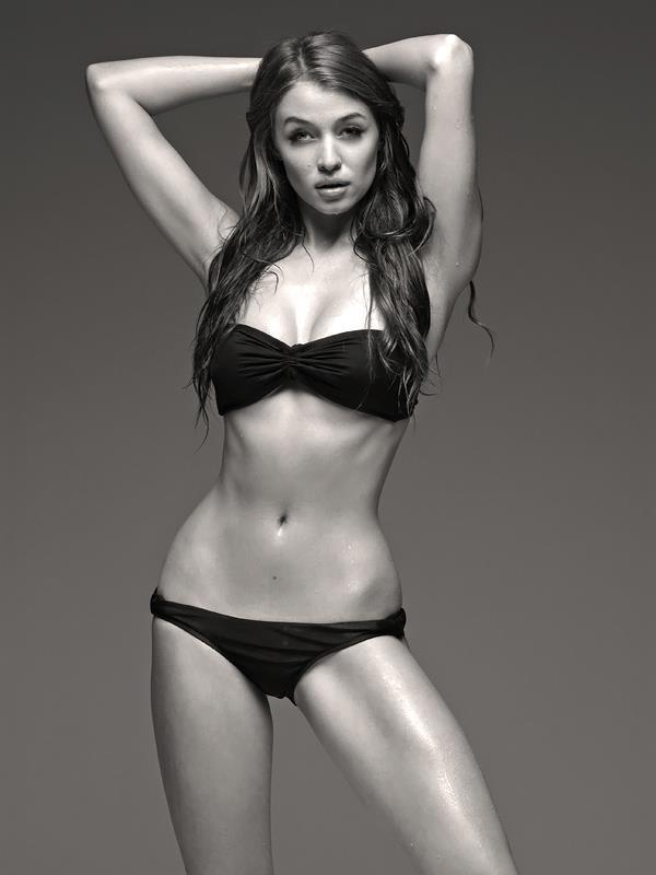 Cora Deitz bw bikini